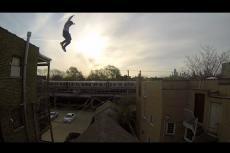 Embedded thumbnail for Ecco come buttarsi da un tetto e sopravvivere