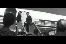 Embedded thumbnail for Anita Ekberg atterra fra un mare di paparazzi, per il centenario di Fellini.